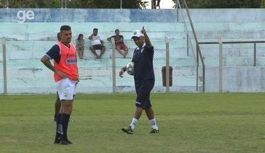 Olhos no chefe: Oliveira Canindé comanda primeiro treino no Altos; veja - Olhos no chefe: Oliveira Canindé comanda primeiro treino no Altos; veja