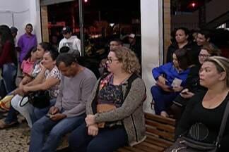 Cartórios ficam lotados no último dia para regularização de situação eleitoral - Em Suzano, muitos eleitores passaram parte da noite em frente ao cartório eleitoral aguardando atendimento.