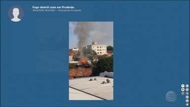 Incêndio destrói casa em Presidente Prudente - Chamas chegaram a atingir o telhado da residência.