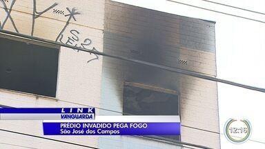 Prédio pega fogo na zona norte de São José - O imóvel foi interditado pela Defesa Civil em 2013 e os moradores foram retirados de lá, mas o prédio foi invadido e virou abrigo para moradores de rua.