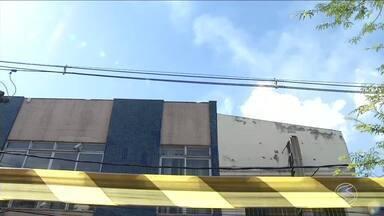 Incêndio atinge agência do Banco do Brasil, em Resende, RJ - Prédio onde funciona a unidade fica no bairro Campos Elíseos. Equipe dos bombeiros foi ao local para tentar controlar as chamas.