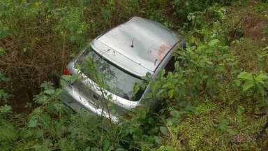 Motorista se perde em curva na Av. Beira Rio, em Foz, e cai em barranco - Ela não ficou ferida.
