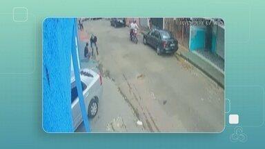 Câmera flagra homem distraído tendo celular roubado em Manaus - Suspeitos passavam de moto no local.