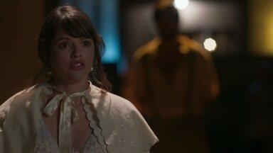 Ema pensa em voltar ao Vale do Café - Ernesto tenta convencer a moça a permanecer em São Paulo ao lado dos amigos