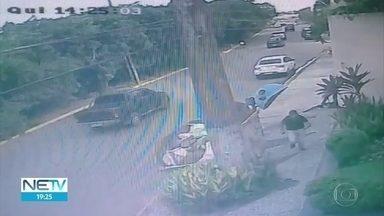Câmera de segurança flagra assalto na Avenida Beira-Rio, no Recife - Ladrão armado ameaça vítima e rouba o celular dela.