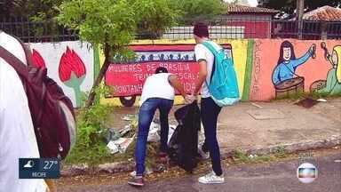 Estudantes de escolas públicas participam de mutirão de limpeza na Zona Sul do Recife - Iniciativa ocorreu no bairro de Brasília Teimosa