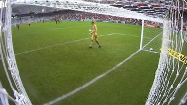 De uniforme e luvas, Santos, do Atlético-PR, usa celular dentro do gramado - De uniforme e luvas, Santos, do Atlético-PR, usa celular dentro do gramado