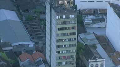 Prédio público destinado à moradia popular no Rio é dominado por traficantes de drogas - O edifício se transformou em boca de fumo e moradores vivem sob ameaça. O imóvel fica bem próximo ao Comando do Exército onde fica o Gabinete da Intervenção Federal.