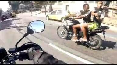 Homem é baleado por assaltantes mesmo depois de entregar a moto, no Rio - No Rio de Janeiro, um motociclista foi baleado mesmo depois de entregar a moto aos bandidos. Toda ação foi filmada pela vítima.