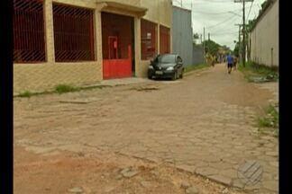 Moradores denunciam rua de terra que consta como asfaltada na prefeitura de Ananidneua - A via está tomada por buracos, mato e lama