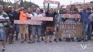 Caminhoneiros realizam protesto no Porto de Santos - Eles são contra o aumento do preço do combustível e o baixo valor dos fretes.