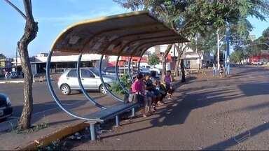 Pontos de ônibus de Dourados estão em situação precária - Há lugar que o passageiro precisa adivinhar onde o ônibus vai parar.