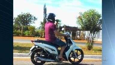 Motociclista é flagrado pilotando com garrafa na mão, em Rio Verde - Conduzir com apenas uma mão é considerado infração grave, com multa de R$ 195 e cinco pontos na CNH.