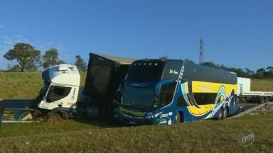 Colisões entre ônibus e caminhões causam lentidão na Bandeirantes, em Campinas - Acidente ocorreu nesta madrugada por volta das 2h30 e deixou um ferido leve.