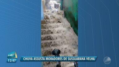 Chuva forma 'cachoeira' na Sussuarana Velha, em Salvador - O problema foi registrado na tarde de quarta (16).