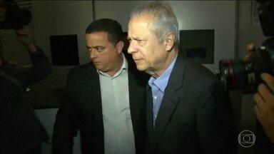 José Dirceu tem que se entregar à polícia até sexta-feira (18) à tarde - O ex-ministro José Dirceu tem até as 17h desta sexta-feira (18) para se apresentar à Polícia Federal em Brasília. O TRF-4 rejeitou o recurso da defesa e confirmou a pena de 30 anos e nove meses de cadeia.