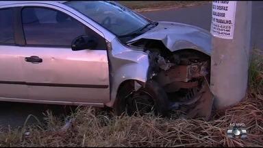Motorista perde controle da direção e atinge poste no Setor Faiçalville, em Goiânia - Acidente foi na Avenida Rio Verde.