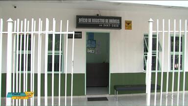 Bandidos roubam cartório e trocam tiros com a polícia em Paranavaí - Durante a ação seis pessoas foram rendidas. Na troca de tiros com a polícia um bandido foi morto.