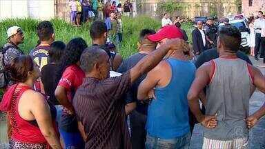Dupla é morta a tiros após ser deixada em rua por homens encapuzados, em Manaus - Criminosos levaram vítimas para rua do bairro Mutirão, onde foram mortas. Caso ocorreu no fim da tarde desta quinta-feira (17).