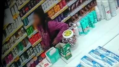 Mulheres furtam produtos de beleza de farmácia em Curitiba - Os furtos foram num intervalo de quatro dias.