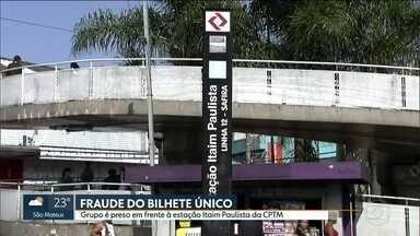 Grupo é preso com mais de 600 cartões fraudados de Bilhete Único no Itaim Paulista - A polícia prendeu um grupo com mais de 600 cartões fraudados do Bilhete Único no Itaim Paulista na zona leste. Nos bilhetes apreendidos havia pelo menos R$ 93 mil em créditos falsos.
