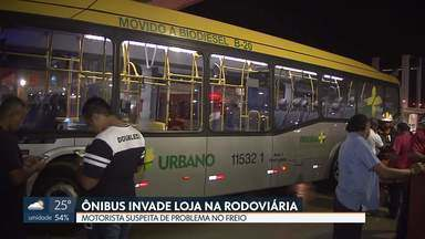 Ônibus invade loja na rodoviária do Plano Piloto - Motorista disse que teve um problema no freio e não conseguiu parar.
