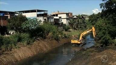 População ribeirinha de Barra Mansa,RJ, reclama de enchentes - Trabalho de dragagem começou a ser feito para desassorear e melhorar o fluxo do Rio Barra Mansa.