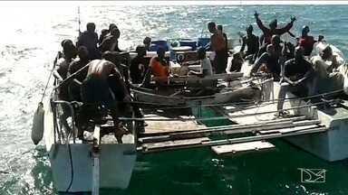 Barco à deriva com 25 imigrantes é resgatado na costa do Maranhão - Dois brasileiros foram presos em flagrante suspeitos de terem cobrado para trazer os estrangeiros ilegalmente para o Brasil.
