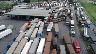 Caminhoneiros fazem paralisações nas estradas contra as seis altas do preço do diesel - Essa manifestação, que começou de manhã, fez o governo se reunir às pressas no início da noite, em busca de uma solução para o assunto.