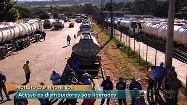Caminhoneiros liberam acesso a distribuidora, reforçam bloqueio em rodovias de Goiás - Categoria protesta contra alta no preço do diesel.