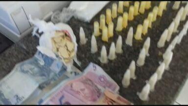 Operação da Polícia Civil prende 3 pessoas por tráfico de drogas em São José do Rio Pardo - Policiais apreenderam 1 quilo de pasta base de cocaína, 62 pinos de cocaína e oito porções de maconha.