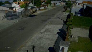 Homem voa após carro capotar - O motorista do veículo não atendeu a ordem de parada da polícia.