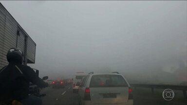 Aeroporto Internacional de São Paulo fecha por quase duas horas e meia para pousos - Visibilidade chegou a 200 metros por causa do nevoeiro. Cumbica reabriu às 8h.