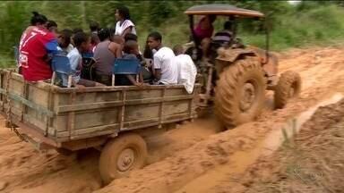 Por causa das más condições em estrada, crianças usam trator para chegar à escola no ES - Eles precisam embarcar em trator para conseguir chegar até o ponto de ônibus escolar.