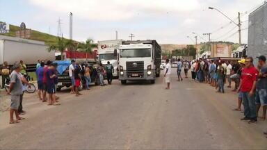 Caminhoneiros seguem paralisação na BR-116, em Valadares - Caminhoneiros se concentraram no perímetro urbano da rodovia na tarde dessa segunda-feira (21), mas trânsito está liberado.