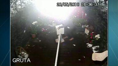 Mulher é flagrada roubando igreja em Lunardelli - Ação foi registrada pelas câmeras de segurança do santuário. Esse é o segundo furto deste ano no local.