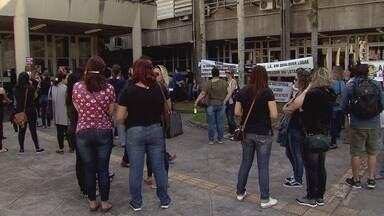 Professores da rede municipal de Cubatão entram em greve - Categoria fez manifestação no Paço.