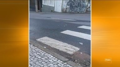 Moradora flagra água potável escoando em rua de Florianópolis - Moradora flagra água potável escoando em rua de Florianópolis