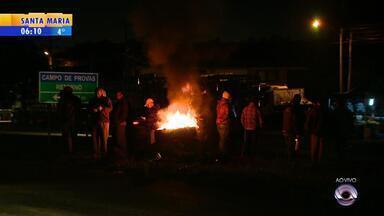 Protestos no RS deixam postos sem combustível e interferem no transporte público - Greve afeta a distribuição de combustíveis, filas se formam nos postos, e o aeroporto Salgado Filho está em alerta.