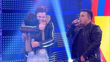 Matheus e Kauan fazem surpresa para fã no palco do Caldeirão - Lívia passou pela dupla em diversas situações sem perceber