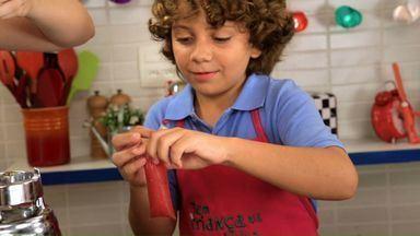 Oba! Sacolé! - Edu e Luigi aprendem a fazer uma receita que já foi salgada, mas que hoje é doce e gelada: sacolé. Com a ajuda da Luísa, eles fazem três sabores: coco, maracujá com leite condensado e melancia.