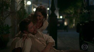 Elisabeta encontra Camilo deitado na rua machucado - Ernesto o ajuda a se levantar