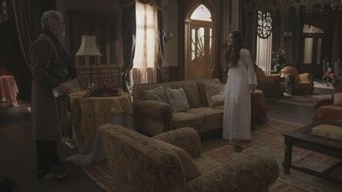 Capítulo de 26/05/2018 - Ernesto e Elisabeta socorrem Camilo, que inventa que sofreu um assalto. Fani se disfarça como Josephine. Elisabeta se encanta com a história de vida de Mariko. Rômulo dorme profundamente após tomar a bebida adulterada por Fani, e Cecília acredita que Josephine o matou. Cecília ateia fogo ao quadro de Josephine e Tibúrcio se desespera. Edmundo é agredido e revela aos agiotas o nome de seu pai.