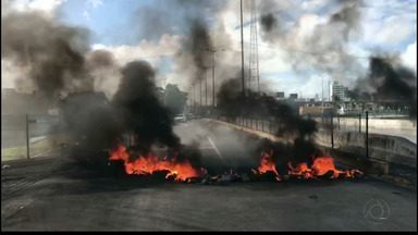 Dois homens são presos durante um protesto em João Pessoa - Eles estavam queimando pneus numa avenida no bairro de Mangabeira.