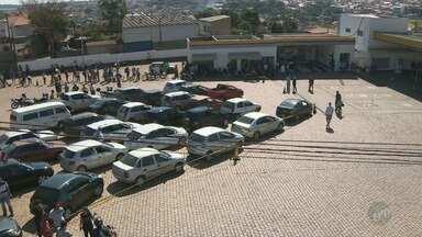 Motoristas permanecem em filas para tentar abastecer veículos em postos da região - Filas gigantes se repetem até em locais onde não há combustíveis disponíveis.
