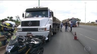 Morte de caminhoneiro apedrejado em RO é investigada - A Polícia Civil investiga a morte de um motorista de caminhão atingido por uma pedra em Rondônia, perto de um ponto onde havia protestos. A vítima não participava da greve, segundo a polícia.