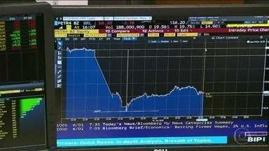 Ações da Petrobras caem quase 15% após saída de Pedro Parente - No mercado financeiro, os investidores reagiram negativamente à saída de Pedro Parente do comando da Petrobras. As ações da empresa fecharam com forte desvalorização.