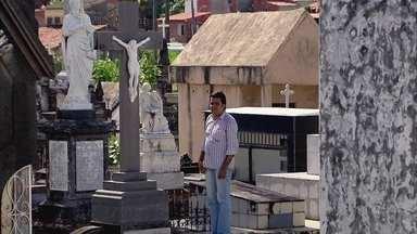 """Estudante de Fortaleza já participou de mais de mil enterros desde criança - Em Fortaleza, o Rodrigo, que tem 30 anos, é conhecido como o """"papa defunto"""". Ele diz que já participou de mais de mil velórios e enterros desde criança. Ele chegava a inventar desculpa para ir ao Instituto Médico Legal."""