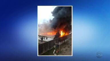 Incêndio atinge espaço do semiaberto da Penitenciária Modulada de Osório - Cerca de 32 presos, que estavam no local, foram realocados para o prédio administrativo. Fogo foi controlado e ninguém ficou ferido.