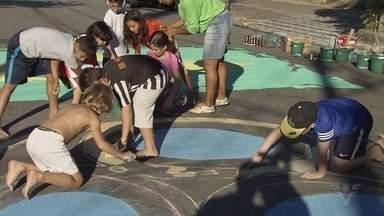 Moradores se unem para enfeitar ruas para a Copa do Mundo - Essa é uma tradição mantida por diferentes gerações em bairros de Santos.